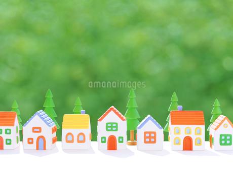 粘土の家と街路樹の写真素材 [FYI01789975]