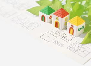 粘土の家と図面の写真素材 [FYI01789996]