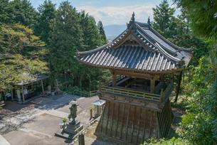 8番熊谷寺鐘楼と修行大師像の写真素材 [FYI01790343]
