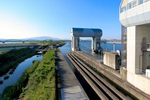 長良川河口堰の閘門と魚道の写真素材 [FYI01790477]