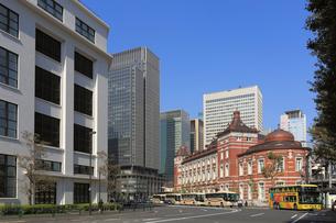 東京駅丸の内南口と周辺の街並の写真素材 [FYI01790527]