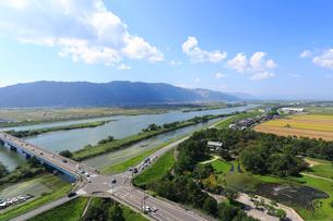 揖斐川と多度山の山並みの写真素材 [FYI01790566]