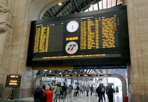 ミラノ中央駅の行き先案内板の写真素材 [FYI01790597]
