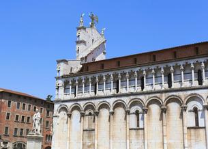 サン・ミケーレ教会の側面とファサード裏側の写真素材 [FYI01790693]