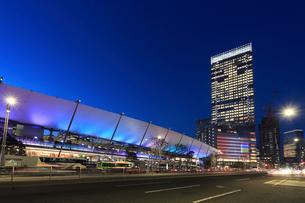 夕暮れの東京駅八重洲口グランルーフの写真素材 [FYI01790743]