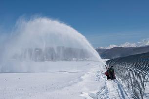 除雪をする酪農家の写真素材 [FYI01790797]