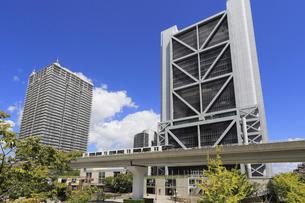 六甲ライナーとアイランドセンター駅前の高層ビルの写真素材 [FYI01790806]