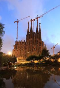 夕暮れのサグラダ・ファミリア聖堂の写真素材 [FYI01790983]