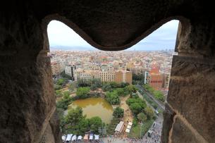 サグラダファミリア聖堂から見るバルセロナの街並の写真素材 [FYI01790987]