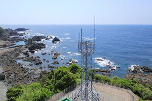 潮岬灯台の無線鉄塔と潮岬の海岸の写真素材 [FYI01791093]