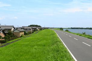 輪中堤の道路の写真素材 [FYI01791128]