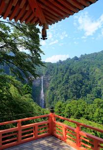 青岸渡寺の三重塔から見る那智の滝の写真素材 [FYI01791229]
