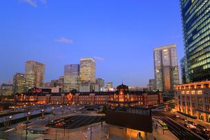 夕暮れの東京駅と丸の内駅前広場の写真素材 [FYI01791236]
