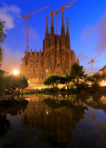 夕暮れのサグラダ・ファミリア聖堂の写真素材 [FYI01791260]