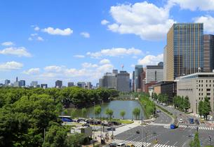 皇居のお濠と街並の写真素材 [FYI01791279]