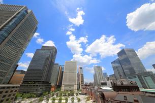 東京駅赤煉瓦駅舎と丸の内の高層ビル群の写真素材 [FYI01791370]