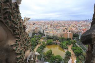 サグラダファミリア聖堂から見るバルセロナの街並の写真素材 [FYI01791405]