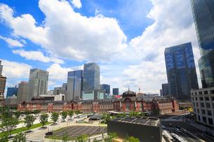 東京駅と丸の内駅前広場の写真素材 [FYI01791429]
