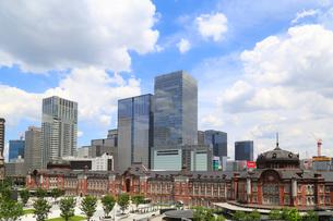 東京駅と丸の内駅前広場の写真素材 [FYI01791458]