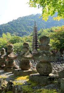 あだしの念仏寺の西院の河原の写真素材 [FYI01791537]