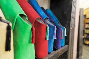 マラケシュ お店に並ぶバブーシュの写真素材 [FYI01791686]