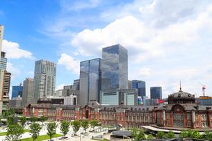 東京駅と丸の内駅前広場の写真素材 [FYI01791766]