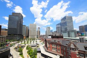 東京駅赤煉瓦駅舎と丸の内の高層ビル群の写真素材 [FYI01791778]