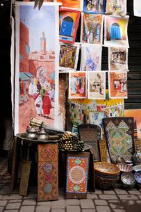 メディナの通りで食器・絵画・ゼリージュプレートを売るお店の写真素材 [FYI01791811]