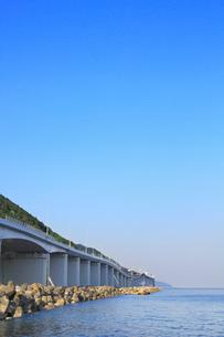親不知の高速道路と日本海の写真素材 [FYI01791829]