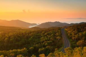 知床峠から望む朝焼けの空と知床横断道路の写真素材 [FYI01791855]