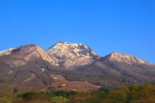 妙高高原・いもり池から望む朝焼けの妙高山の写真素材 [FYI01791897]
