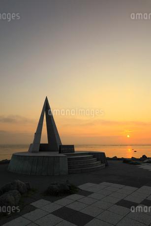 宗谷岬 日本最北端の地碑と朝日の写真素材 [FYI01791916]