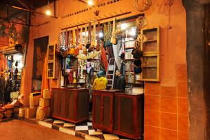 マラケシュ スークの通りの雑貨屋さんの写真素材 [FYI01791924]