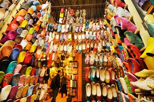 マラケシュ スークの店内に並べられたバブーシュの写真素材 [FYI01791933]
