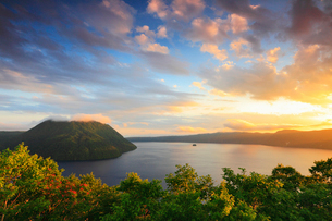 裏摩周展望台から望む摩周湖と夕焼けの写真素材 [FYI01791936]