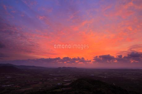 沖縄・石垣島 バンナ岳から望む朝焼けの空の写真素材 [FYI01791979]