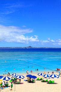 瀬底島の瀬底ビーチから望む海と伊江島の写真素材 [FYI01792028]