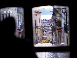 リスボン市 ビッカ線ケーブルカー交換風景の写真素材 [FYI01792030]