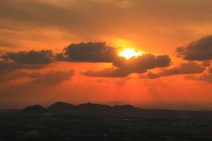 沖縄・石垣島 バンナ岳から望む朝日と空の写真素材 [FYI01792037]