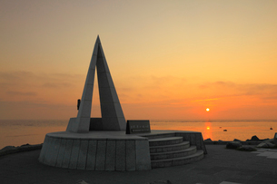 宗谷岬 日本最北端の地碑と朝日の写真素材 [FYI01792080]