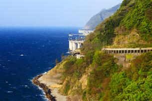 親不知海岸の断崖と日本海の写真素材 [FYI01792084]