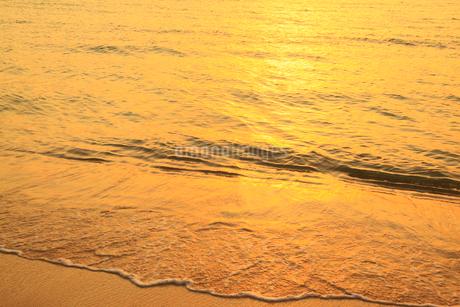 沖縄・石垣島 底地ビーチ 夕焼けの波打ち際の写真素材 [FYI01792088]