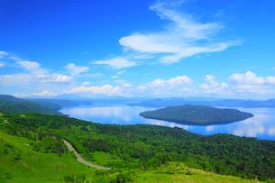 美幌峠から望む屈斜路湖の写真素材 [FYI01792120]