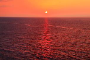 万座毛から望む夕日に染まる海の写真素材 [FYI01792163]
