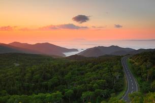 知床峠から望む朝焼けの空と知床横断道路の写真素材 [FYI01792164]