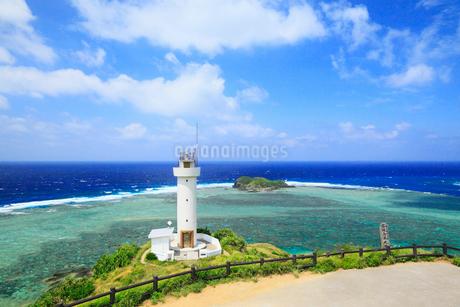 沖縄・石垣島 平久保崎灯台と海の写真素材 [FYI01792176]