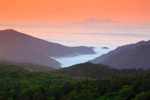 知床峠から望む朝焼けの空と根室海峡の写真素材 [FYI01792204]