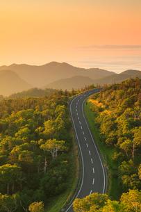 知床峠から望む朝焼けの空と知床横断道路の写真素材 [FYI01792205]