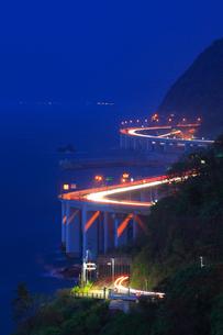 親不知海岸の断崖 夜景と車の光跡の写真素材 [FYI01792212]