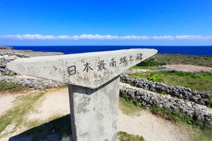 沖縄・波照間島 高那崎 日本最南端の碑の写真素材 [FYI01792220]